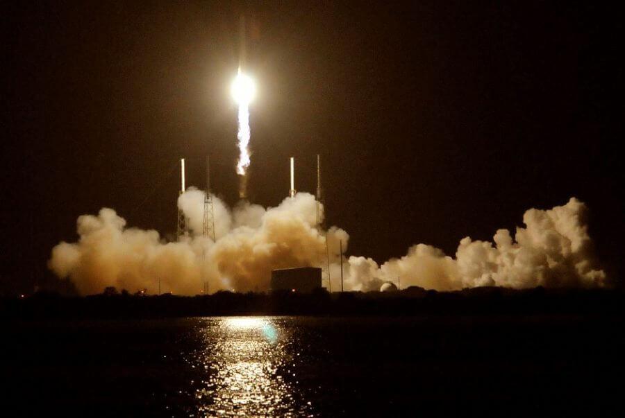 O acoplamento da cásula não tripulada ocorreu às 13h03 GMT Bruce Weaver AFP - Cápsula Dragon da SpaceX atraca na ISS