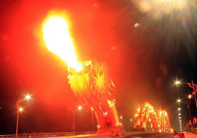 dragon bridge 9 - Vietnam tem uma ponte em forma de dragão que cospe fogo