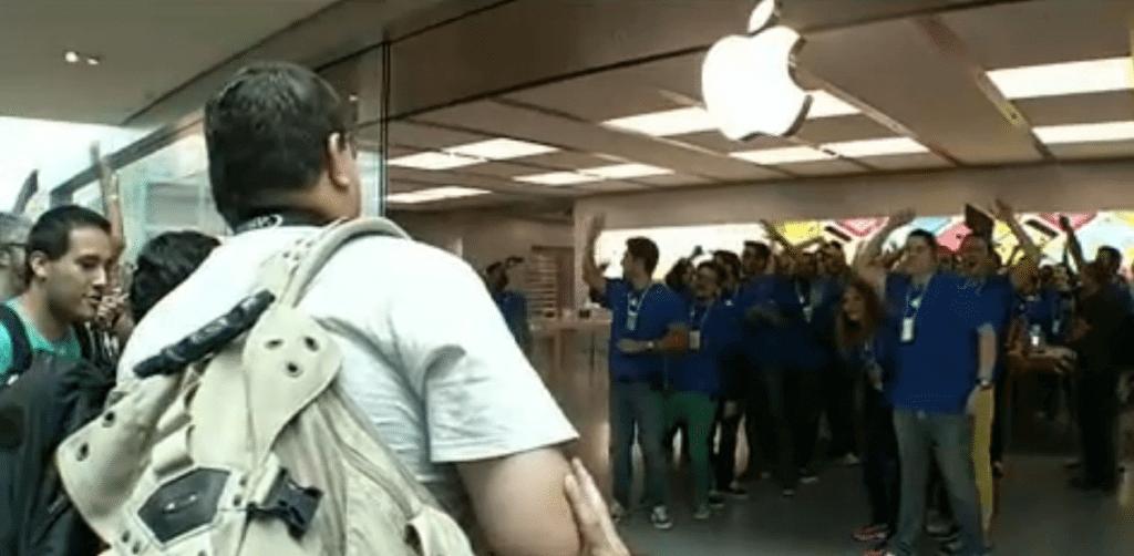 Abertura da primeira Apple Store é marcada por enorme fila