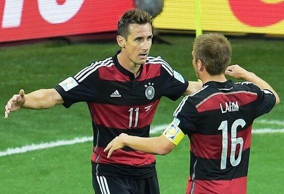 Jogadores alemaes comemoram gol contra o Brasil