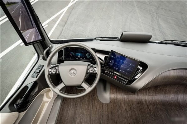 Mercedes mostra caminhão com tecnologia que permite dirigir sozinho