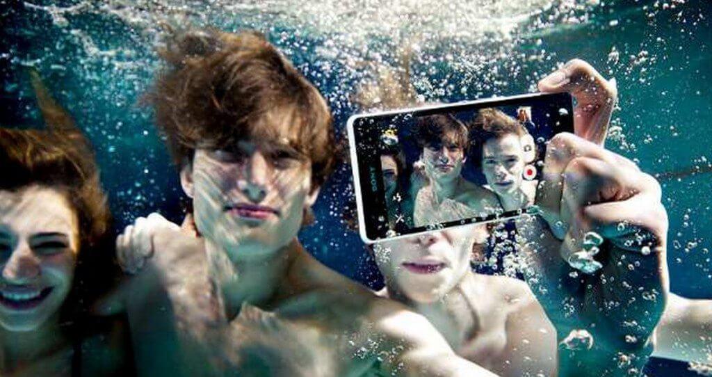 assista o unboxing do xperia z3 dentro de uma piscin