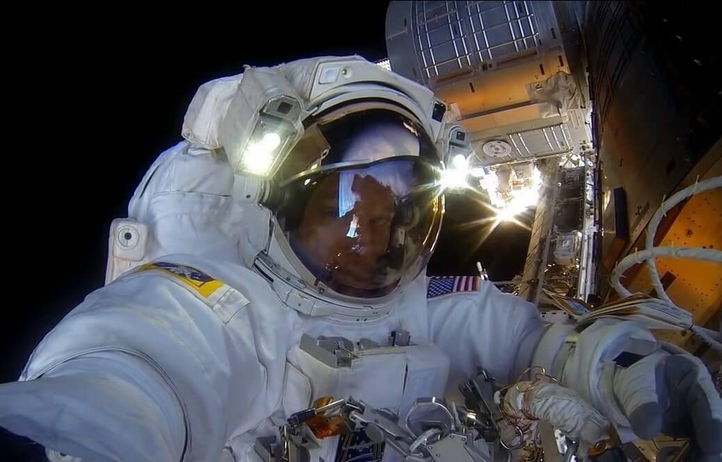 astronauta ajusta cmera gopro antes da misso reproduo nasa