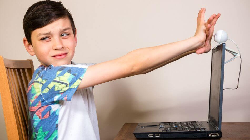 menino cobrindo webcam