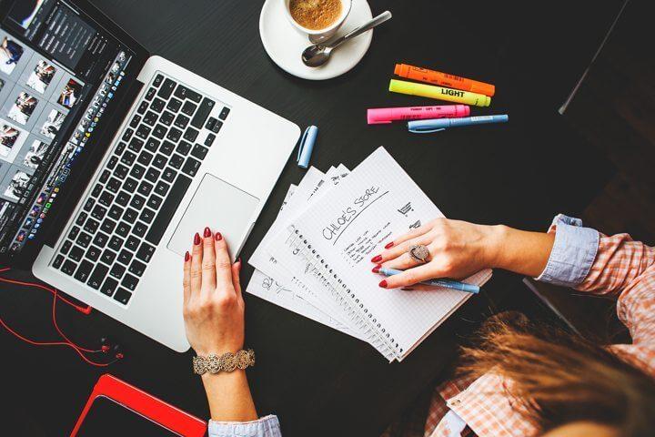 Mulher mesa trabalho startup macbook