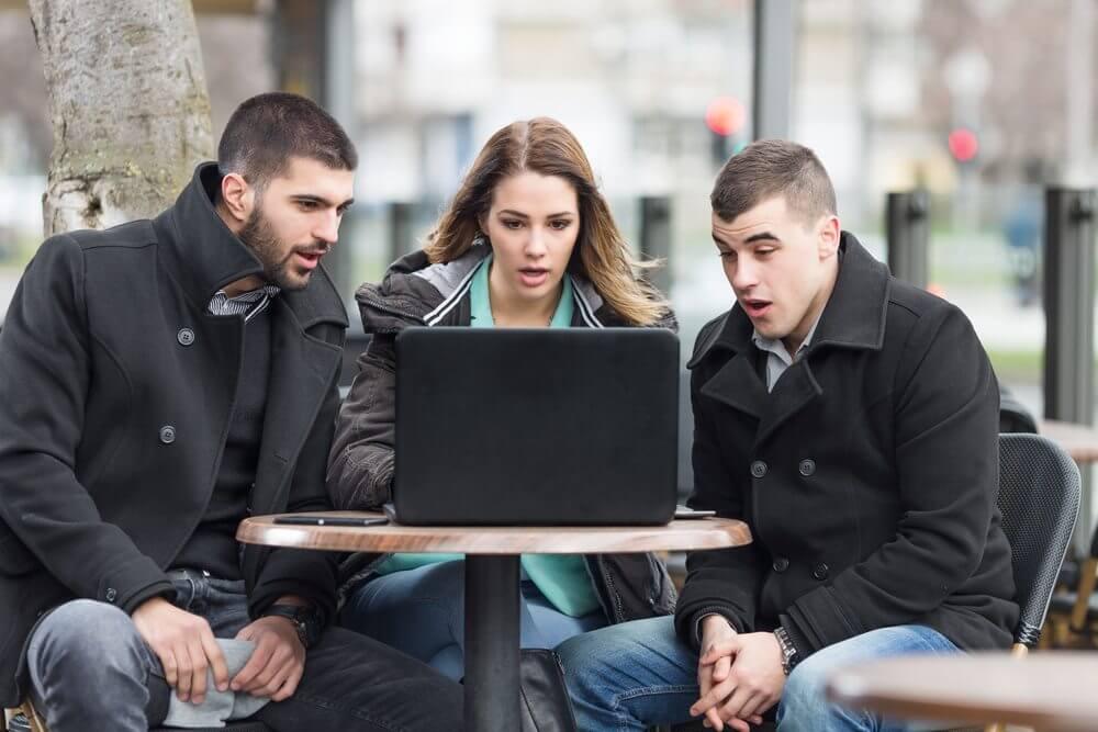 Estudantes olhando o notebook