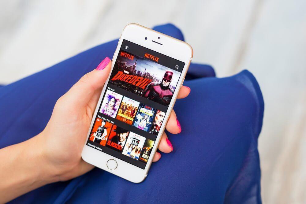 Netflix offline pessoa com smartphone iphone