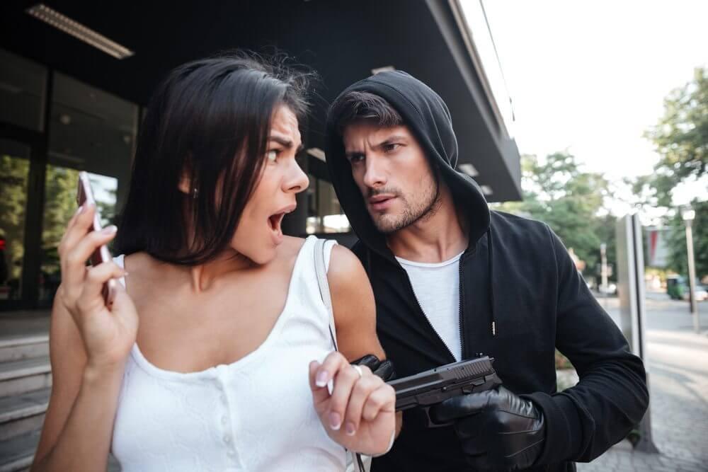 mulher sendo assaltada