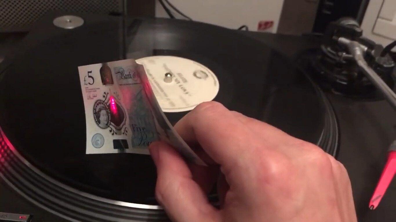 Dá para tocar um disco de vinil usando notas de dinheiro?