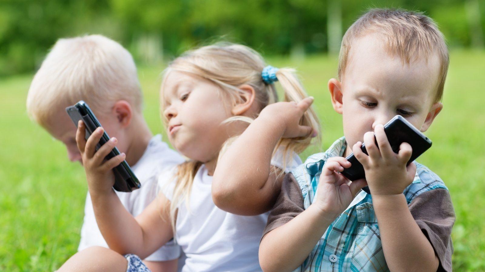 Resultado de imagem para children smartphone