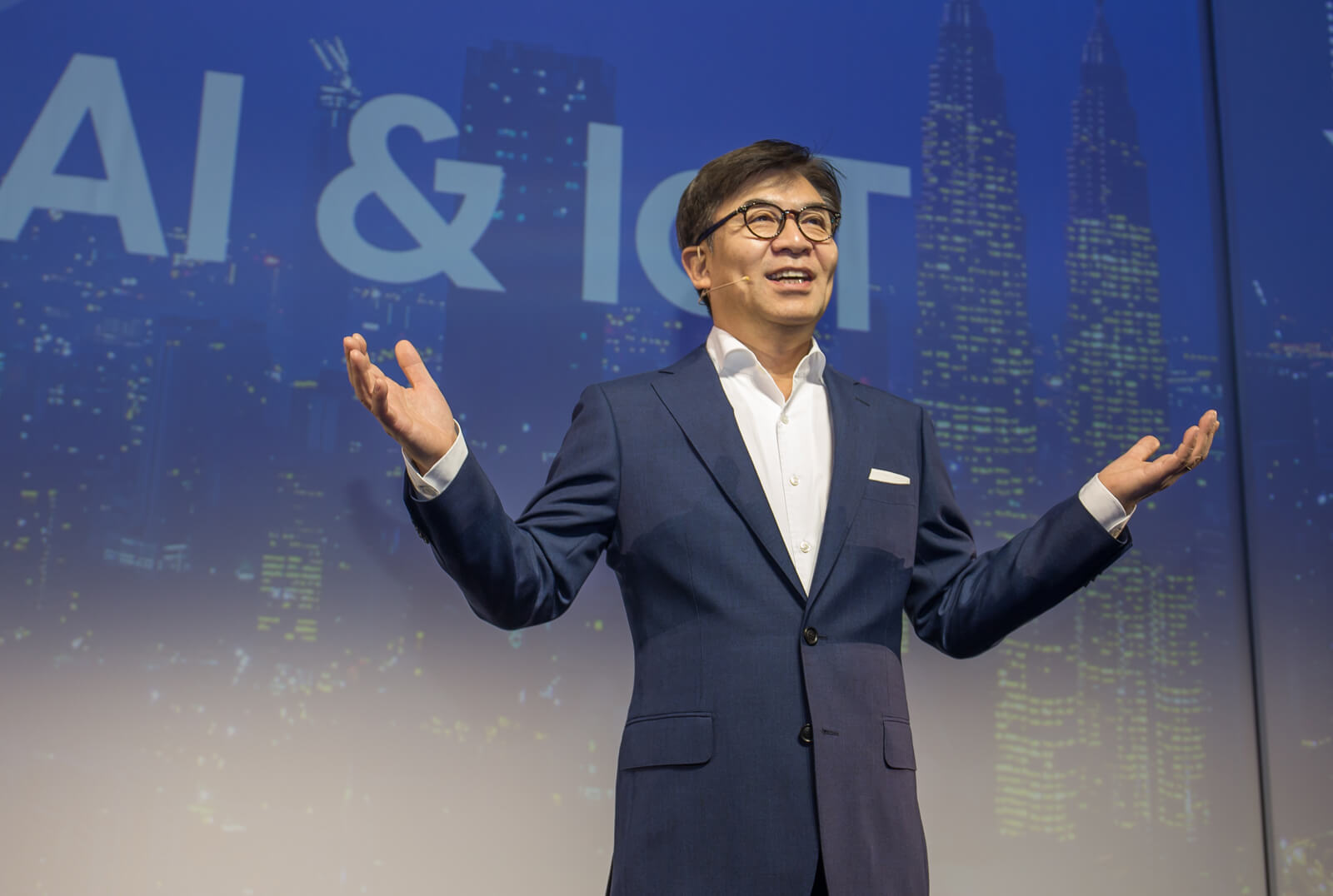 Na foto está hs kim, presidente da samsung consumer electronics e da samsung research