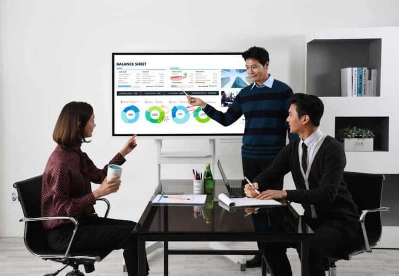 Demonstração de três pessoas usando o Samsung Flip, onde todas participam de uma reunião.