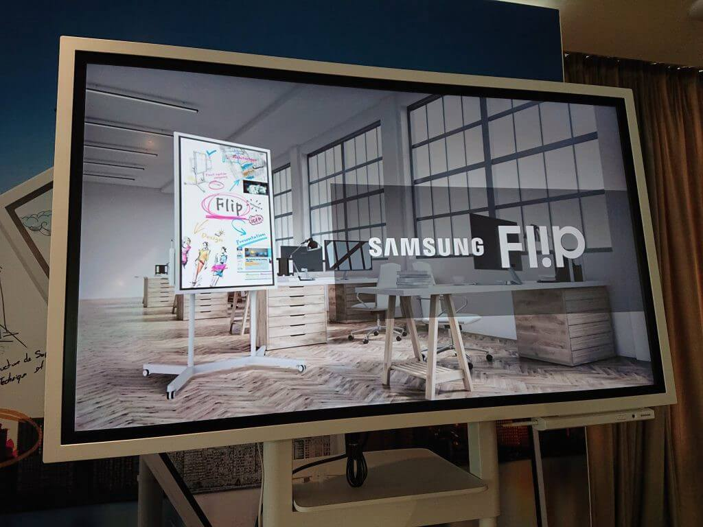 Demonstração do Samsung Flip em posição horizontal, o produto feito para reuniões fabricado pela Samsung