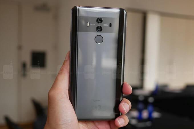 Uma pessoa seguando com a mão o possível Mate 20, novo celular da Huawi que deve ser anunciado na IFA 2018.