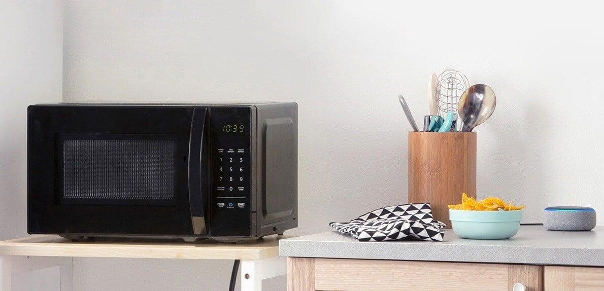 2018amazonbasics microwave kitchenjt 1 - Este Microondas inteligente da Amazon fala com você