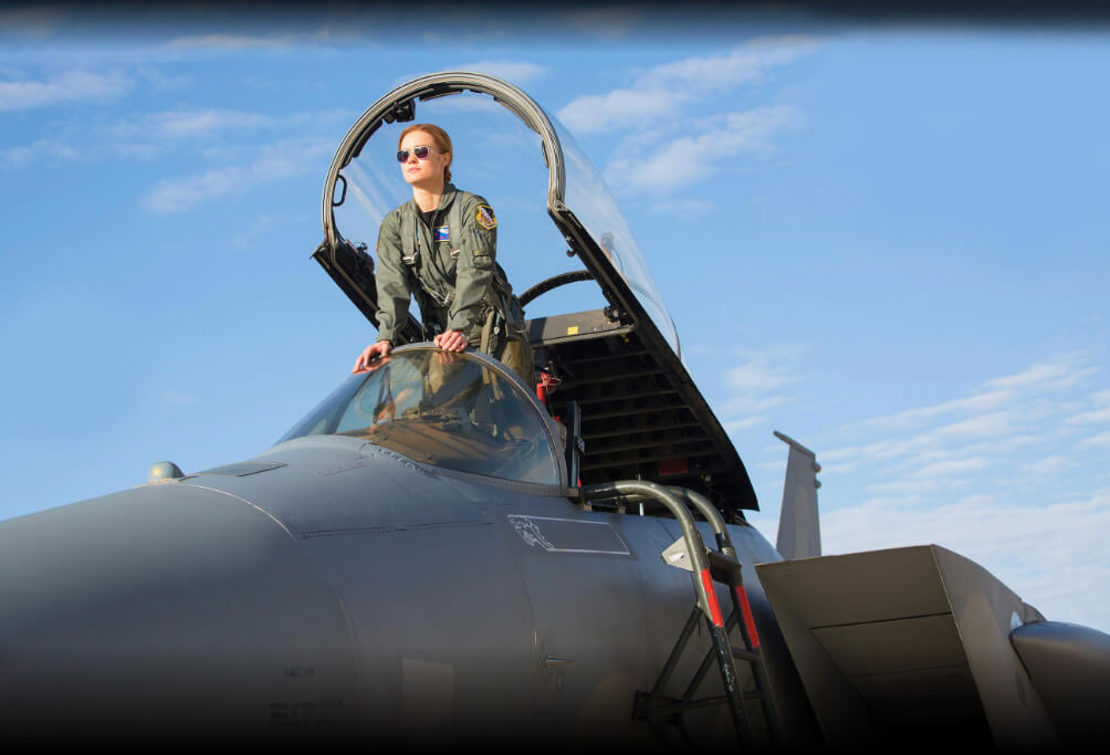 Brie Larson Capitã Marvel pela primeira vez no uniforme oficial