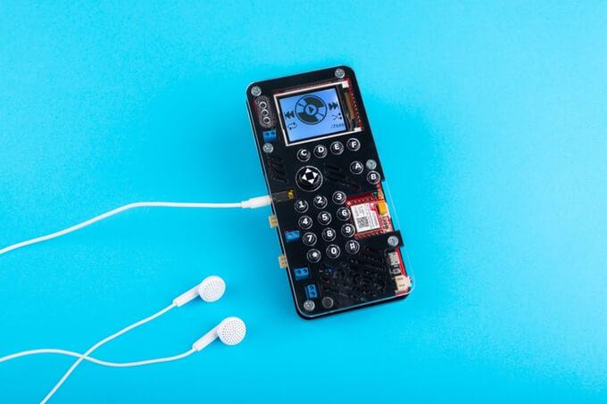 Demonstração do projeto makerphone com um fone de ouvido