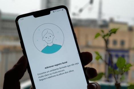 Imagem explicativa de como configurar o reconhecimento digital do LG G7 ThinQ