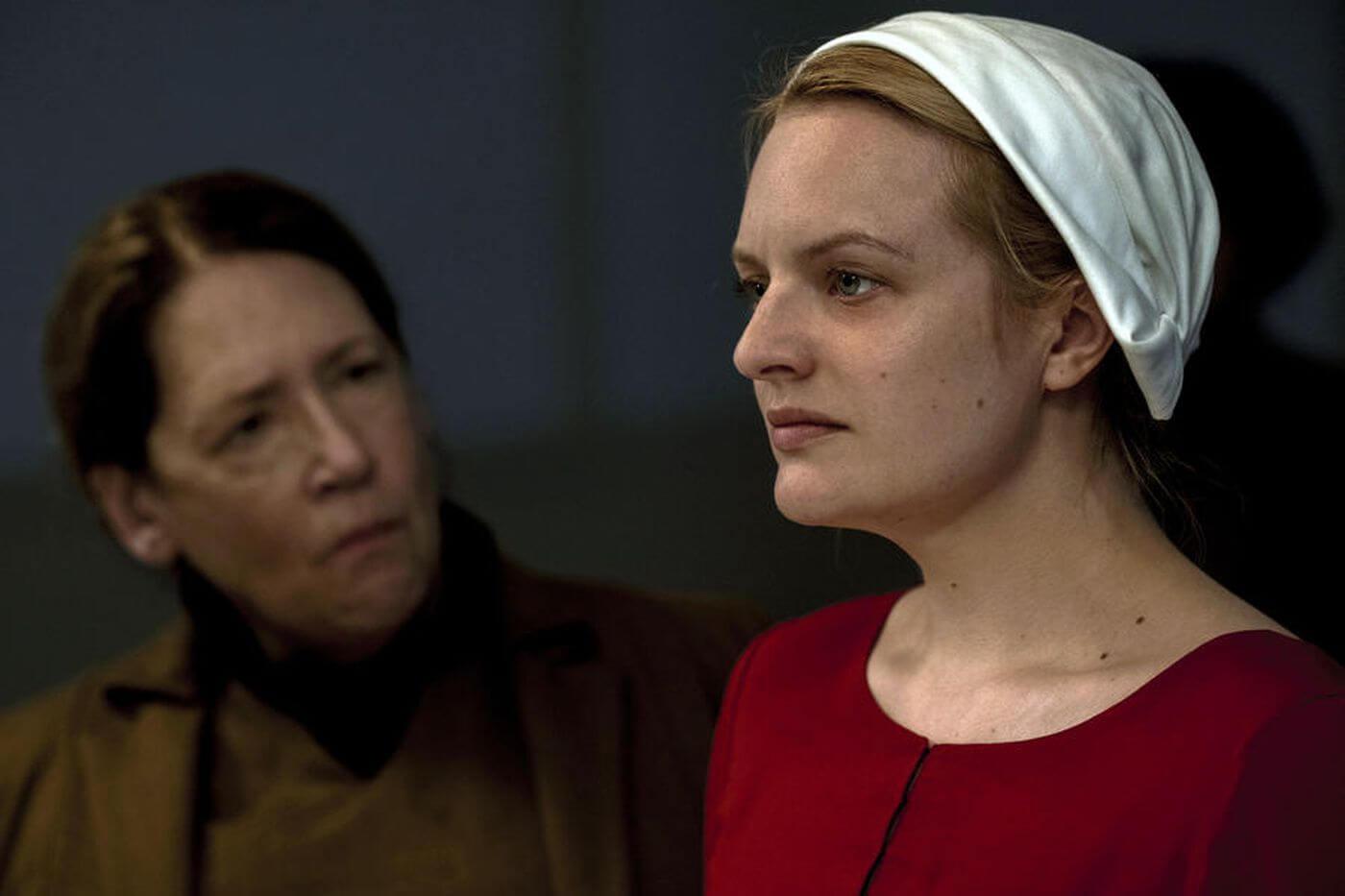 Tia Lydia (Ann Dowd) e Offred (Elisabeth Moss) em The Handmaid's Tale