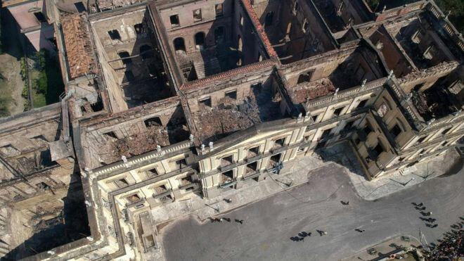 Museu nacional do rio de janeiro destruído por incêndio, vista de cima