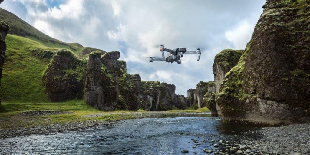 Drone voando perto de um lago