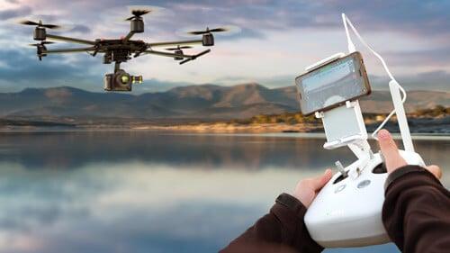 Pessoa usando um drone