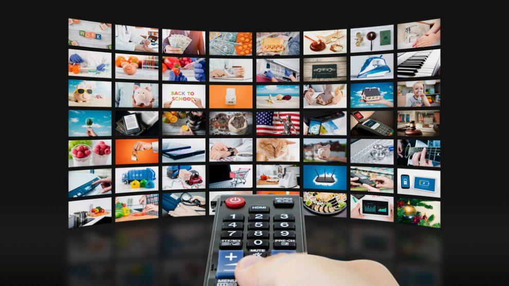 Pessoa usando smart TV