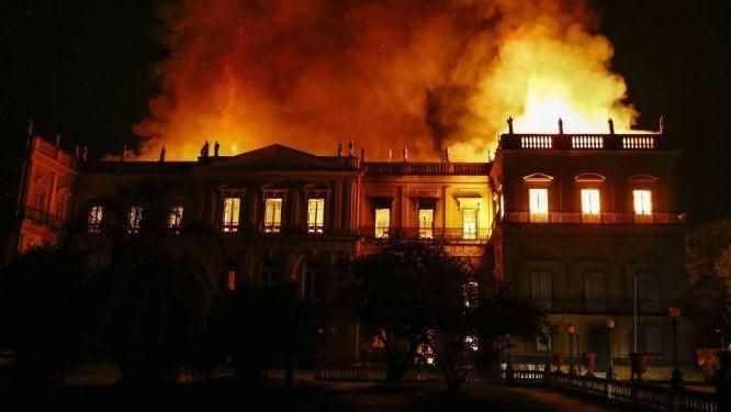 Museu nacional do rio de janeiro sendo incendiado