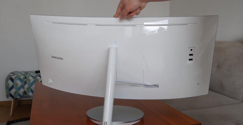 Monitor curvo Samsung CF791 possui conexões e cabos ficam escondidos por uma placa e ajustes de altura e ângulo podem ser feito com apenas uma mão.