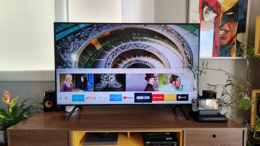Design da smart tv samsung qled q60 é bem discreta, construída em plástico na cor preta, e transmite robustez e sofisticação