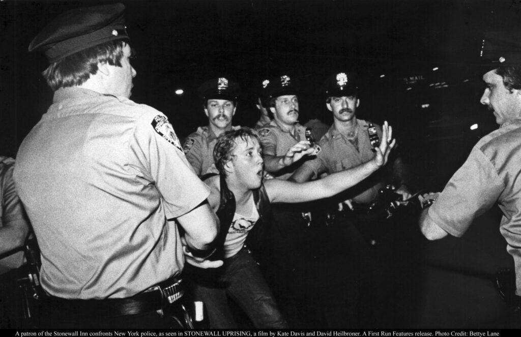 Stonewall Uprising fala sobre um dos momentos mais marcantes da história LGBTQ+.
