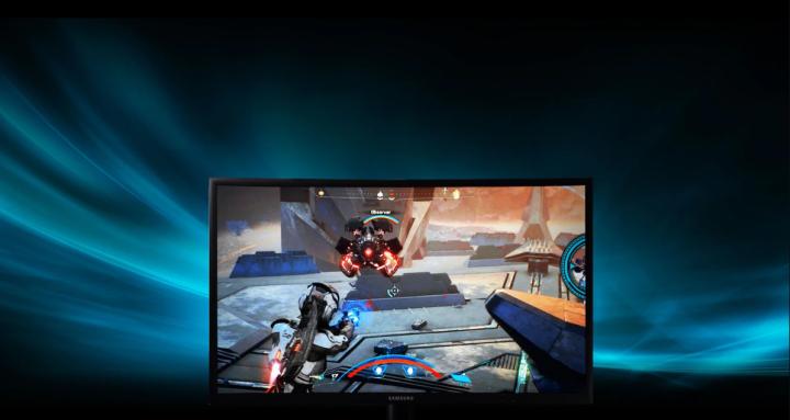 Monitor curvo Samsung C24FG73 exibindo um jogo de FPS