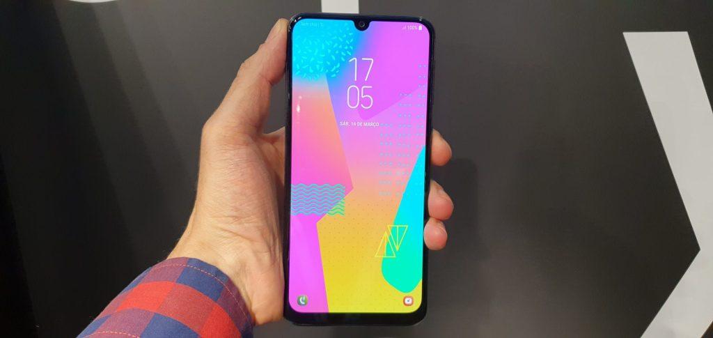 O Galaxy M30 vem com 64 GB de armazenamento e 4 GB de RAM, configurações que atentem aos usuários mesmo que eles mantenham horas constantes de uso