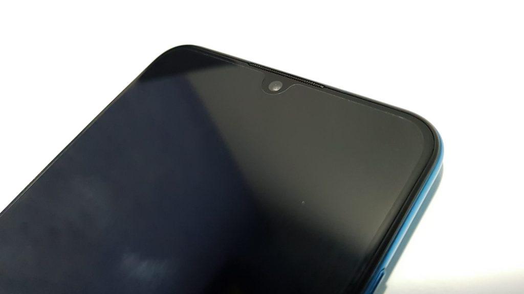 Seguindo a tendência dos smartphones de 2019 e da linha P30, o Lite vem com entalhe em gota