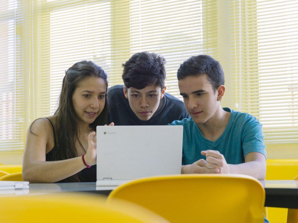 95% dos professores brasileiros acreditam que trazer a tecnologia para a sala de aula prepara os estudantes para o futuro