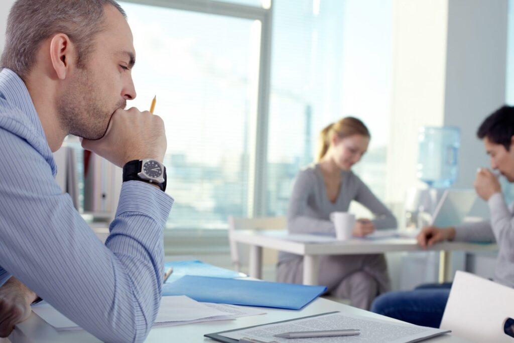 Pessoa mantendo o foco no trabalho