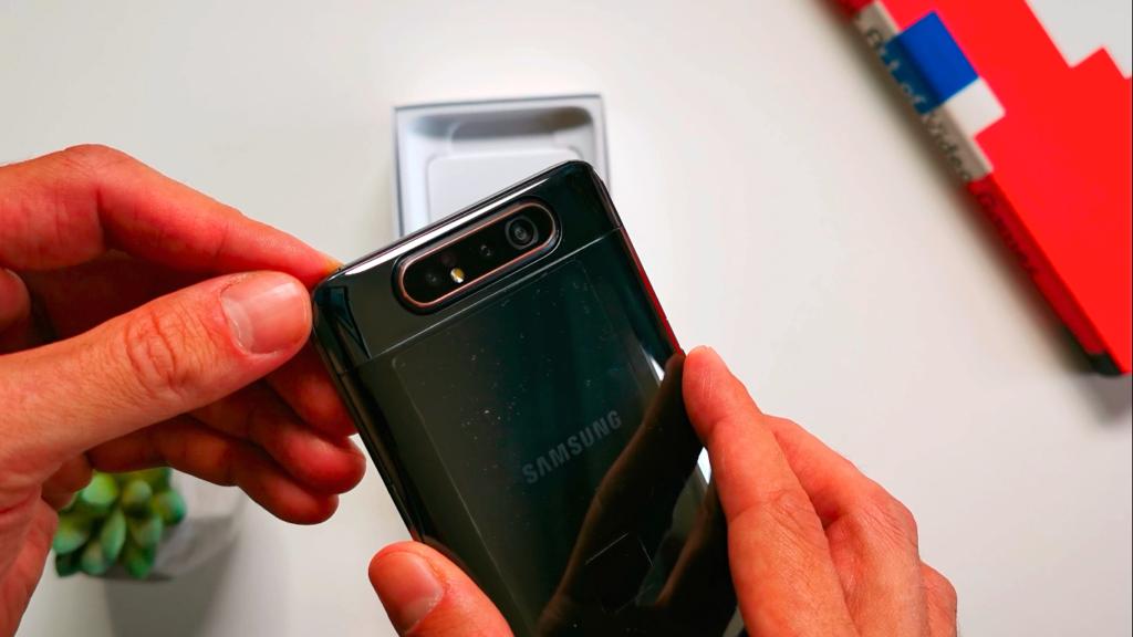 Sistema giratório mantém qualidade tanto para a câmera traseira quanto para selfies