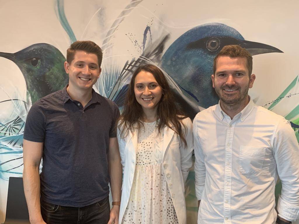 Na foto, wally gurzynski, sara haider e patrick traughber, três executivos do time de produtos da empresa