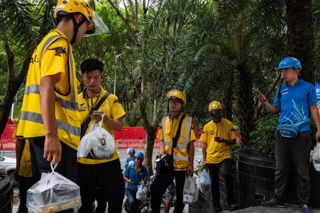 Na China, o uso de aplicativos de delivery de comida cresce exponencialmente; Meituan e Ele.me são os principais serviços. (Imagem: Lam Yik Fei, The New York Times)