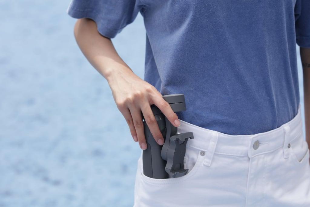 O novo Osmo Mobile 3 cabe no bolso por conta do design dobrável