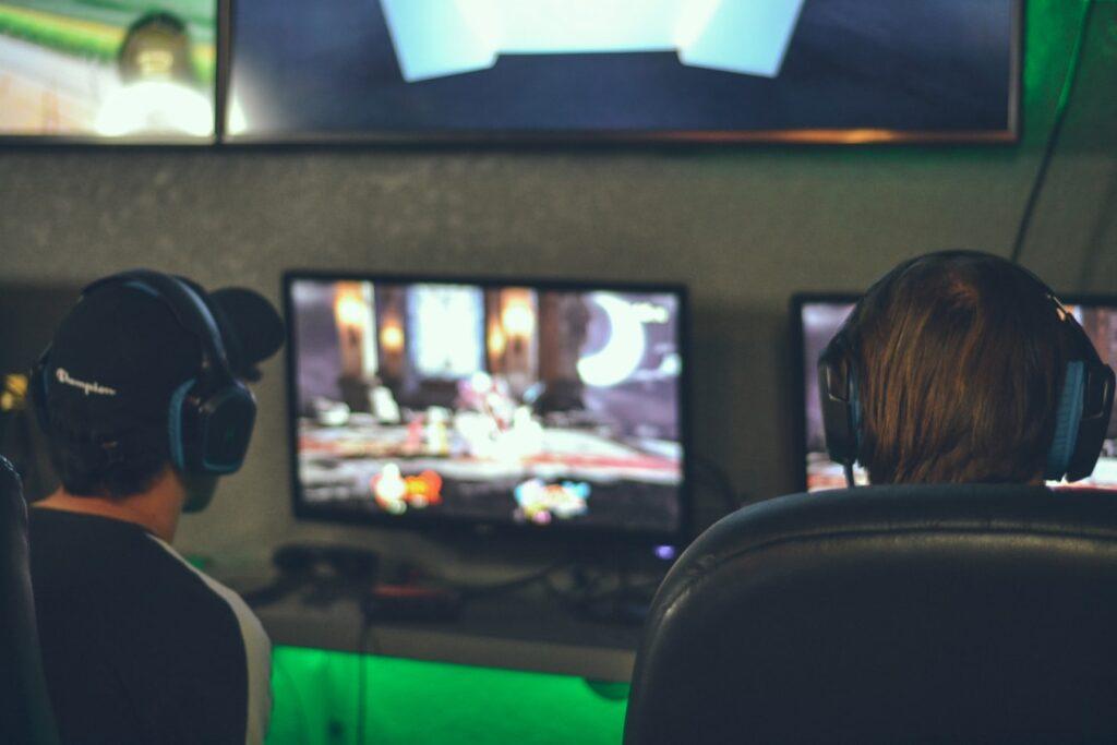 Jovens fazem dos eSports sua profissão (Imagem: Unsplash.com)