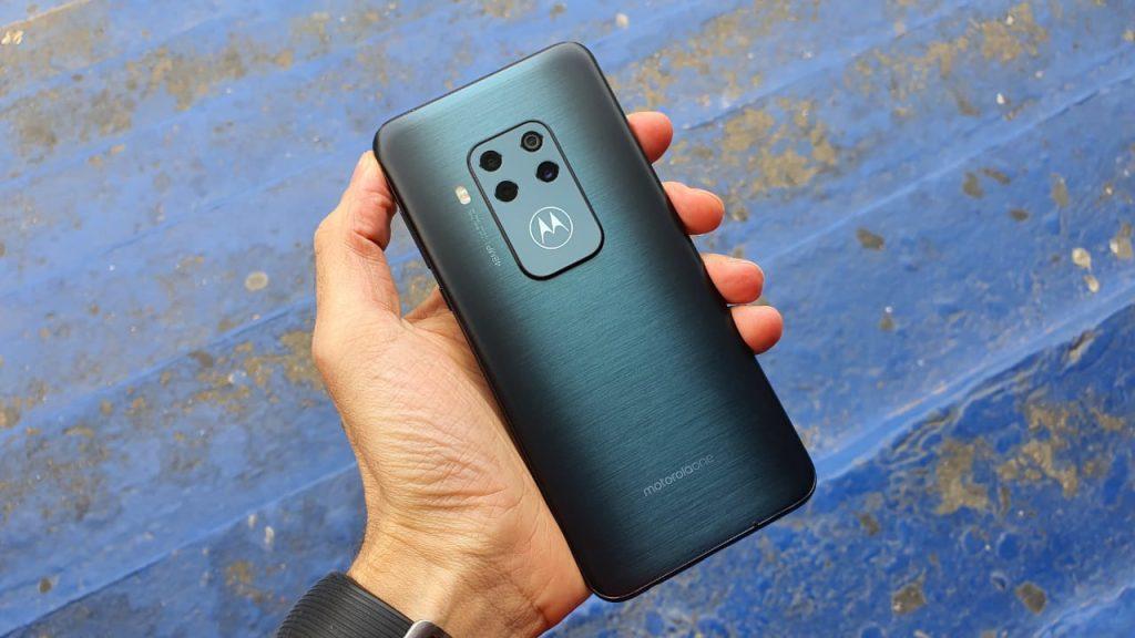 Traseira do Motorola One Zoom é construída em vidro acetinado com alta precisão