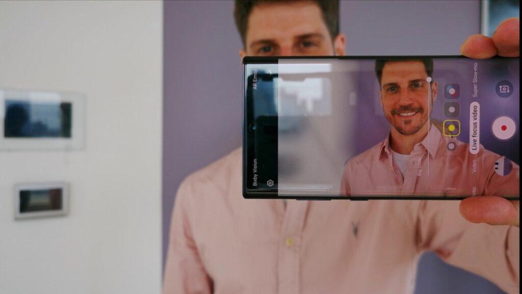Câmera frontal possui 10MP e faz gravações em 4K a 60fps