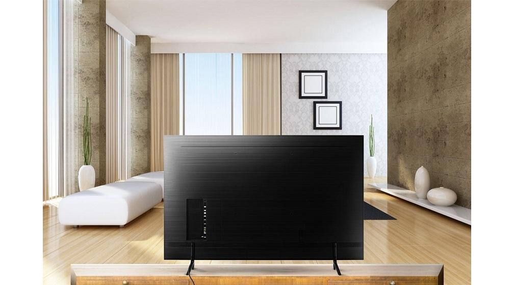 A Smart TV RU7100 tem acabamentos precisos, bordas finas e visual com cabos escondidos