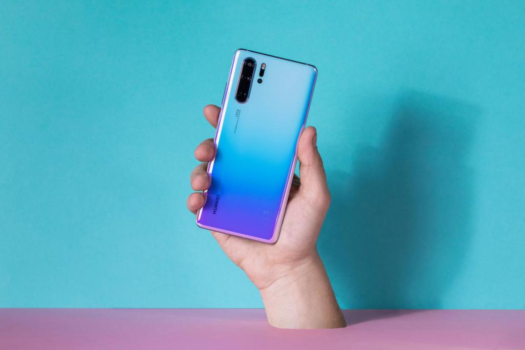 O celular estará disponível a partir de 7 de setembro em alguns países onde a marca atua, já com a atualização para o sistema operacional emui10