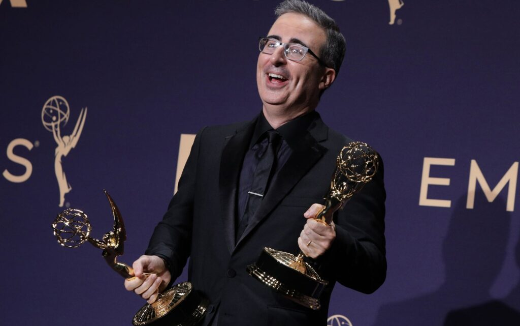 John Oliver se torna favorito absoluto em sua categoria no Emmy