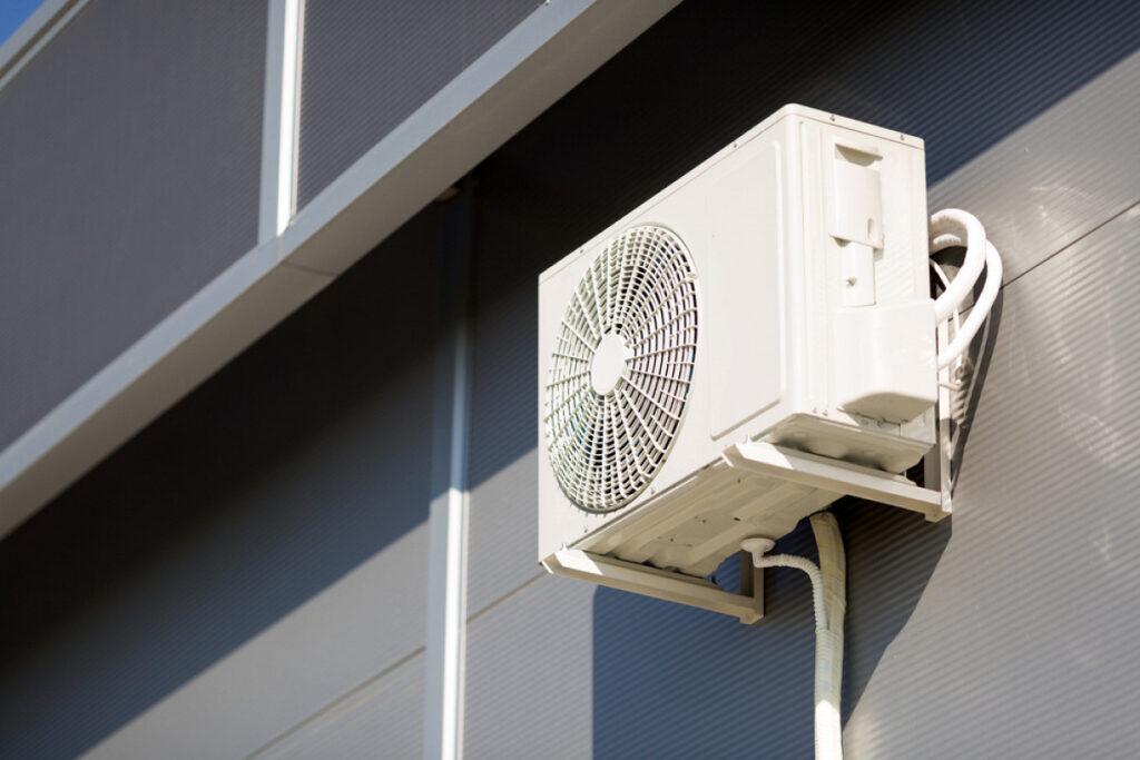 A condensadora do ar-condicionado também precisa de cuidados