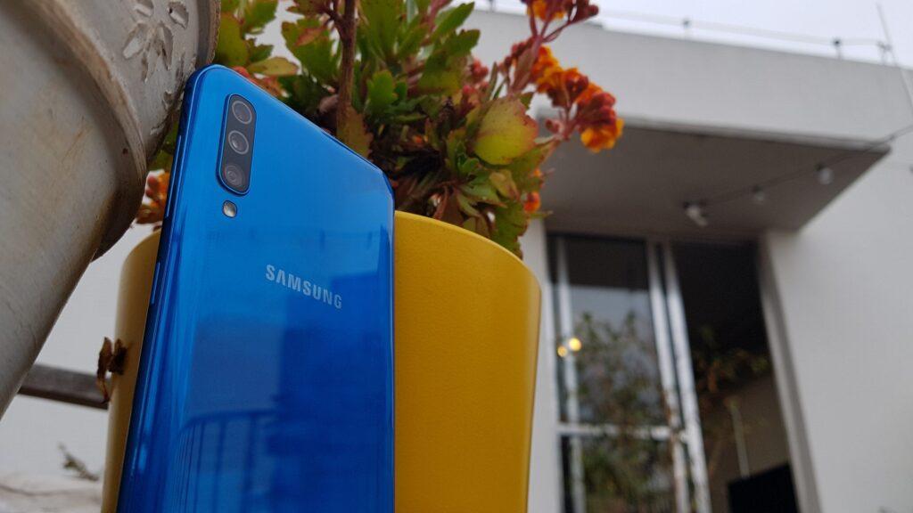 O Galaxy A50 traz as mesmas segunda e terceira câmeras, mas a principal tem 25MP