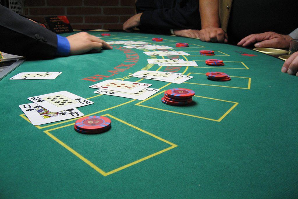 """O blackjack é a versão mais """"arrumada"""" do 21, muito usado em """"mesas de bar"""""""