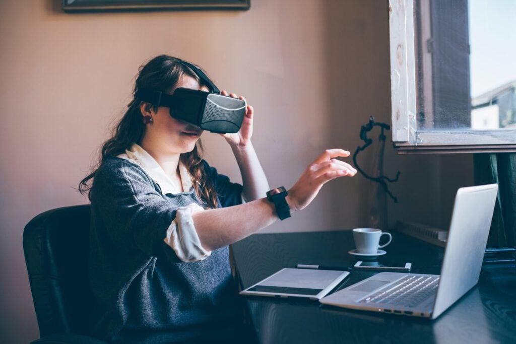 A realidade virtual simula uma mesa de poker junto com outras pessoas, então você consegue blefar, por exemplo